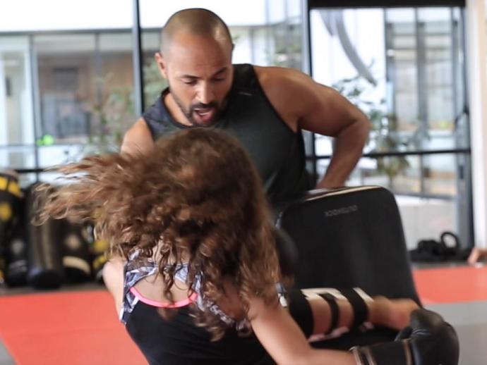 Mohammed a dar uma aula de boxe para as crianças.