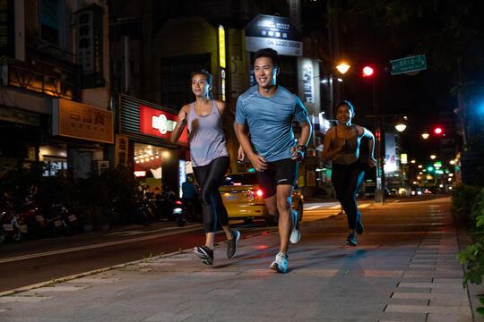 跑步   今晚一起來夜跑吧!從北到南,迪卡儂夜跑團等你加入