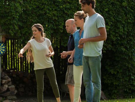 En famille ou avec des amis, dans le jardin