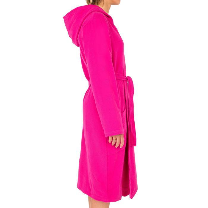 Peignoir femme coton léger rose avec capuche, poches et ceinture.