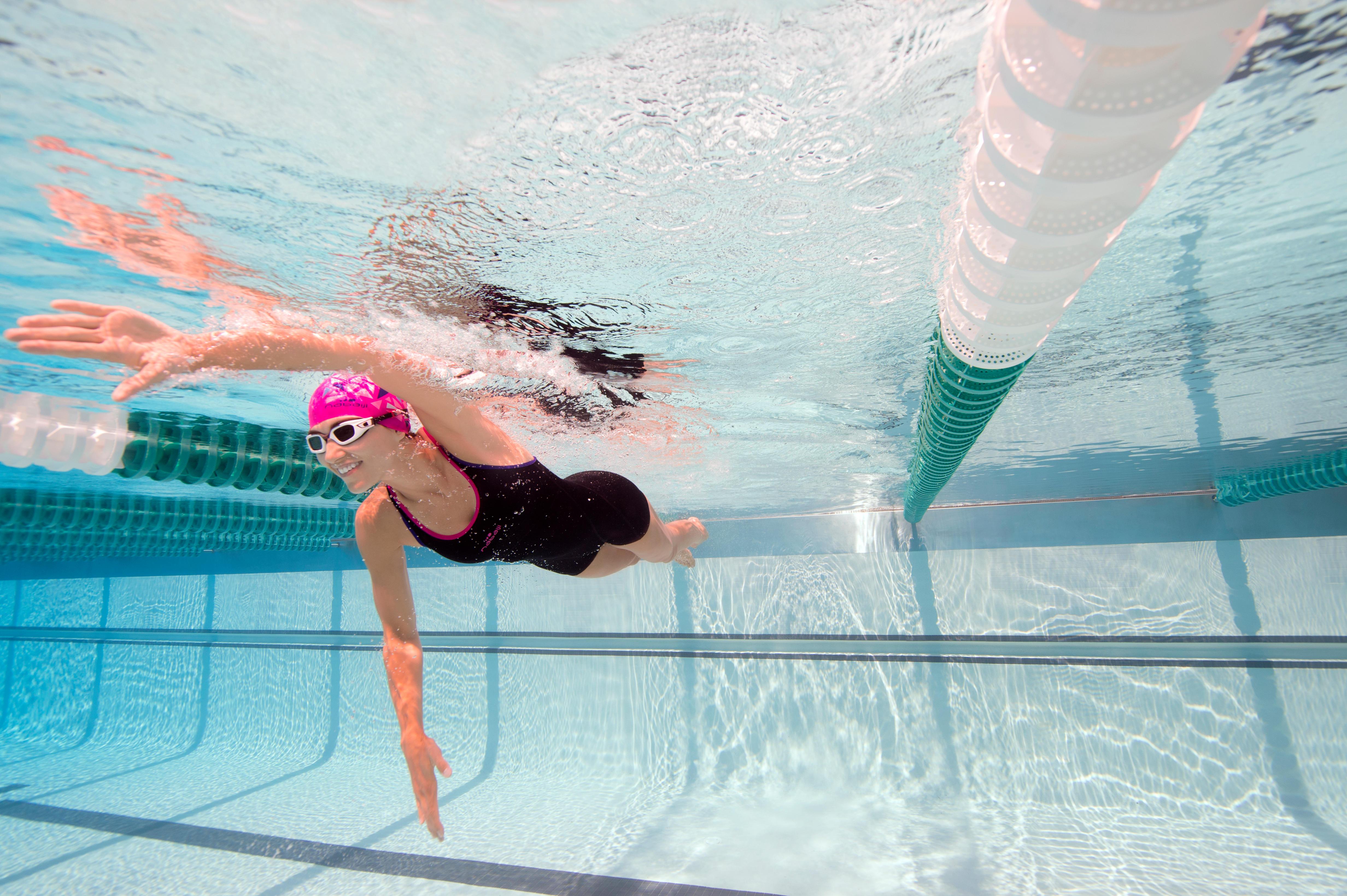 ชุดว่ายน้ำขาสั้นแบบ...
