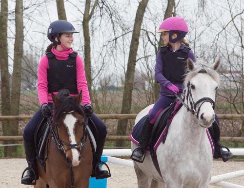 Twee kleine meisjes op hun pony