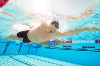 homme nage maillot piscine bonnet lunettes de piscine
