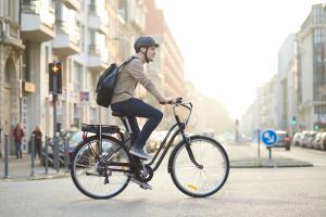 homem a a andar de bicicleta na cidade