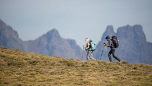 berg-trekking-paar-gras