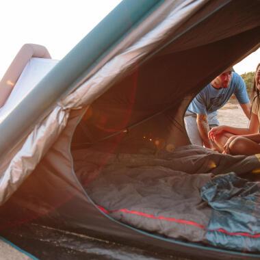 Ein aufblasbares Zelt ganz einfach auf- und abbauen