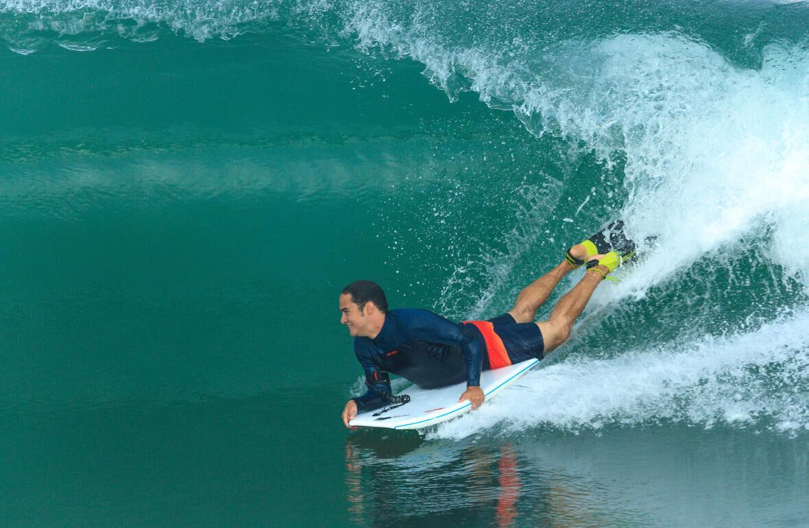 CUM SĂ ALEGI UN ȘORT DE SURF PENTRU BĂRBAȚI