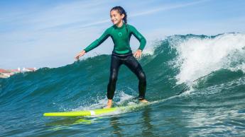 Enfant qui surfe