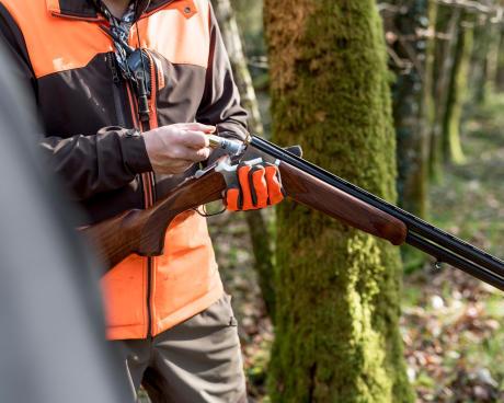 Un chasseur arme son fusil avant de partir chasser la bécasse