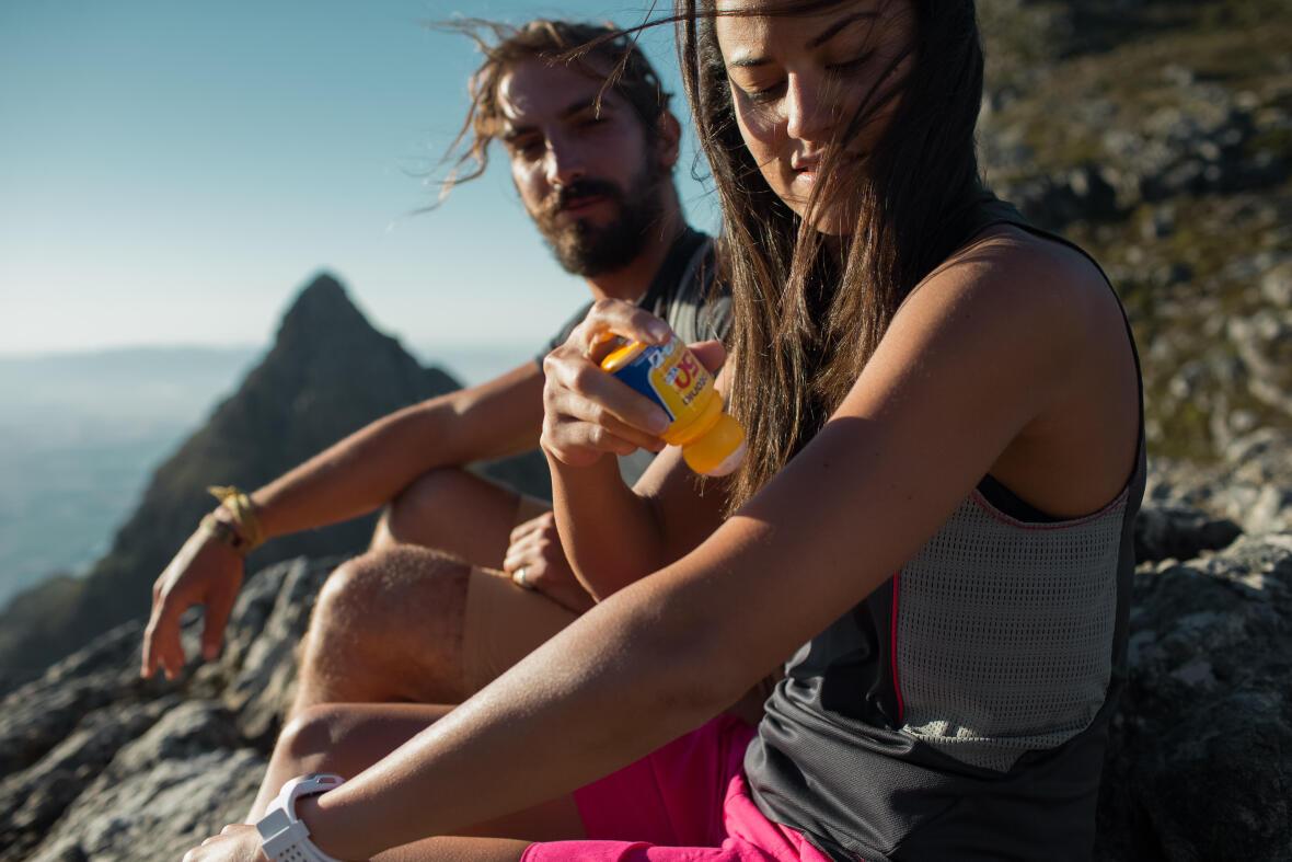couple assis sur un rocher à la montagne