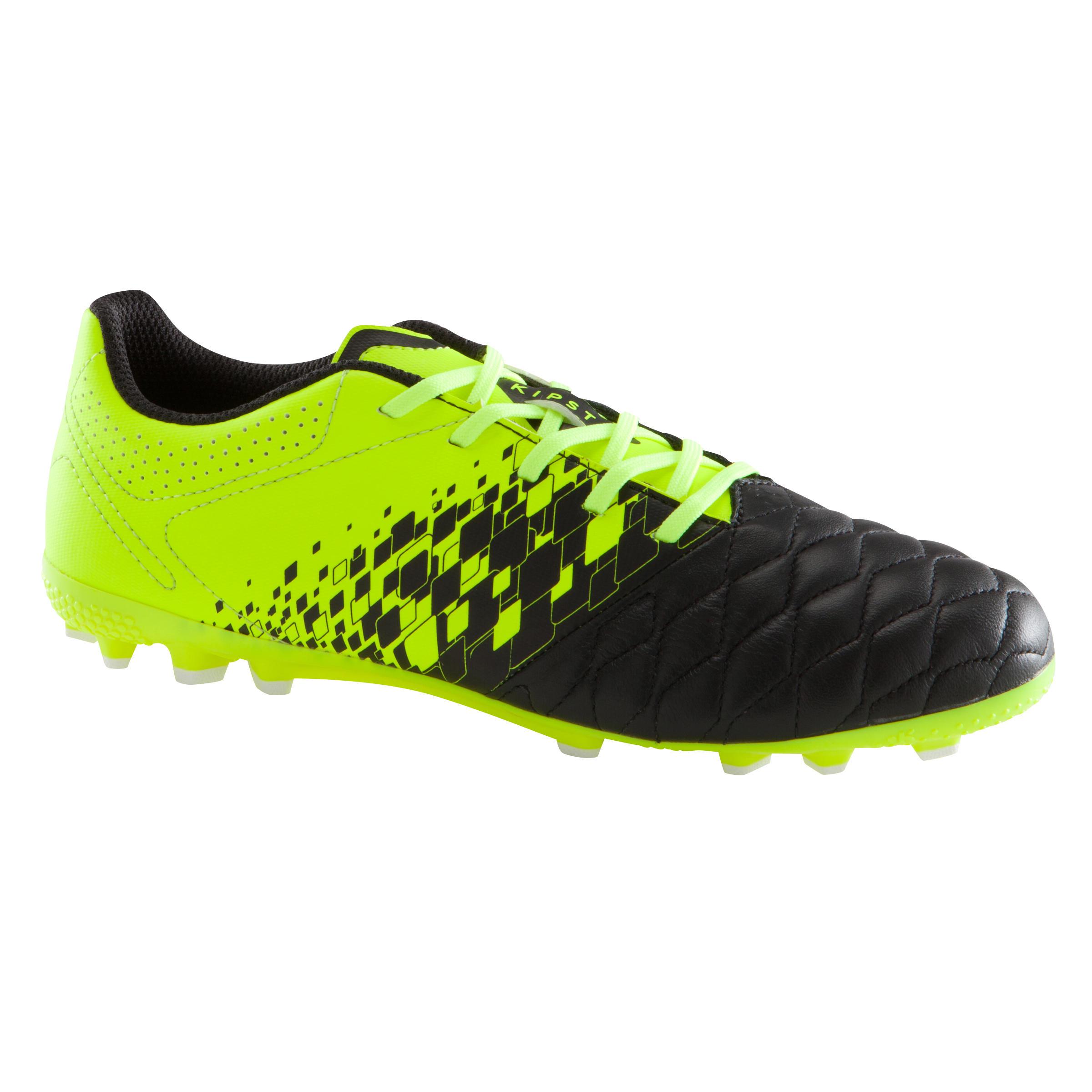 รองเท้าเล่นฟุตบอลบน...