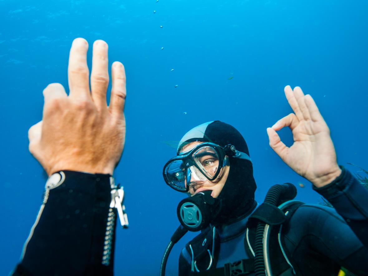 Sous l'eau, une règle d'or en binôme : toujours communiquer !