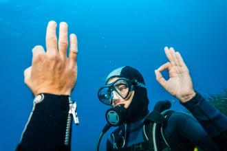 Como comunicar debaixo de água durante o mergulho?