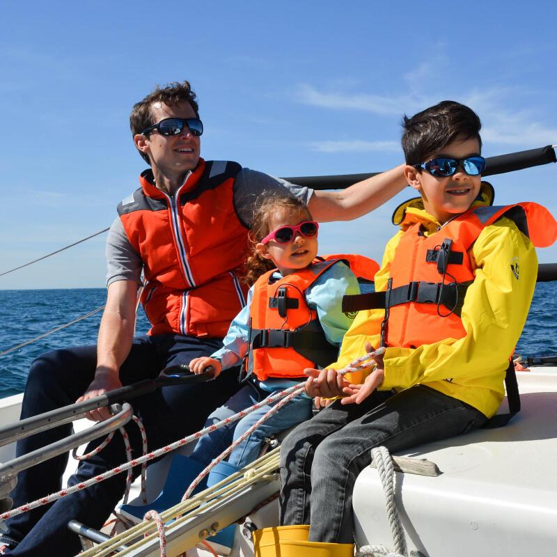 Famille en vacances sur un petit bateau en mer