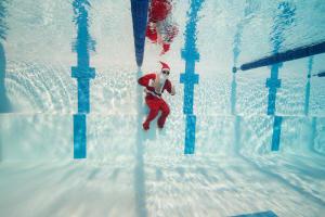 conseils-cadeau-sportif-pour-un-message-subtil-homme-pere-noël-natation