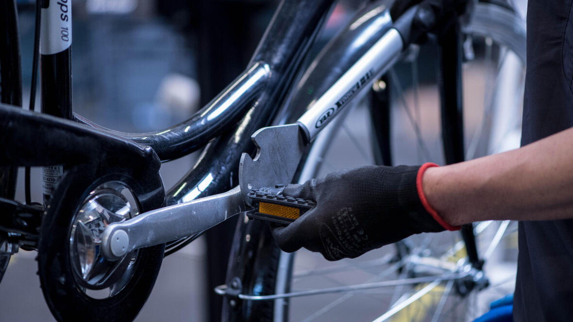 pedal wrench loosen