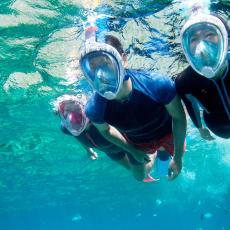 man en vrouw oefenen snorkelen