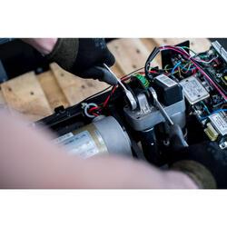 Vervangen van de hellingsmotor van een loopband