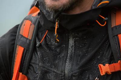 جاكت المطر لرحلات المشي بين الجبالMH500 للرجال - أسود