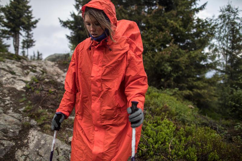 Capa de lluvia para trekking en montaña FORCLAZ 75 L S/M roja