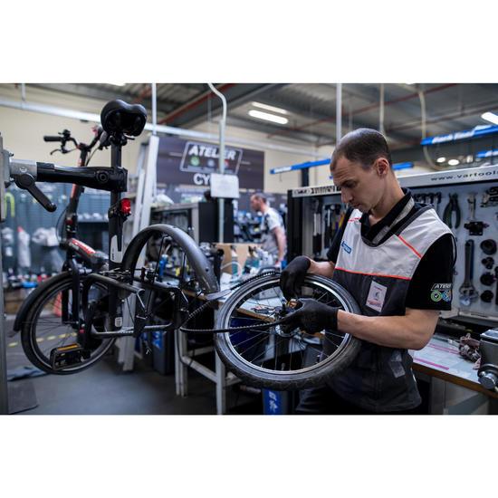 Vervangen van een achterwiel van de fiets BTWIN TILT