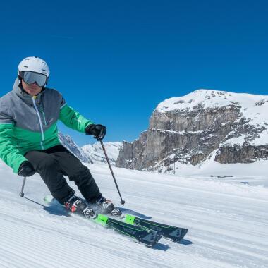 ski men carving