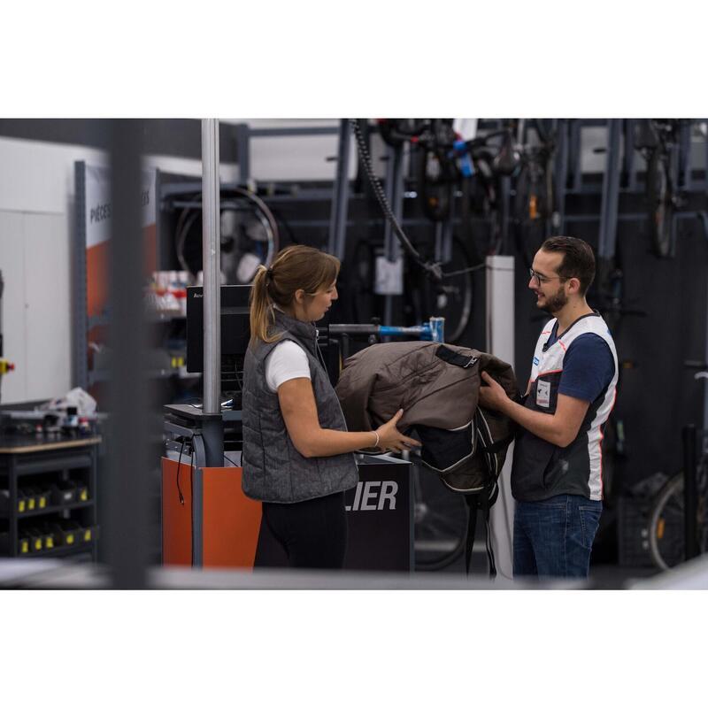 Réparation textiles équins en magasin