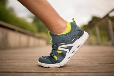 נעלי הליכה ספורטיביות לילדים דגם PW 500 Fresh - אפור/ירוק