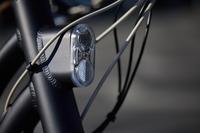 """Elektriskais pilsētas velosipēds """"900 E"""" ar pazeminātu rāmi, tumši zils"""
