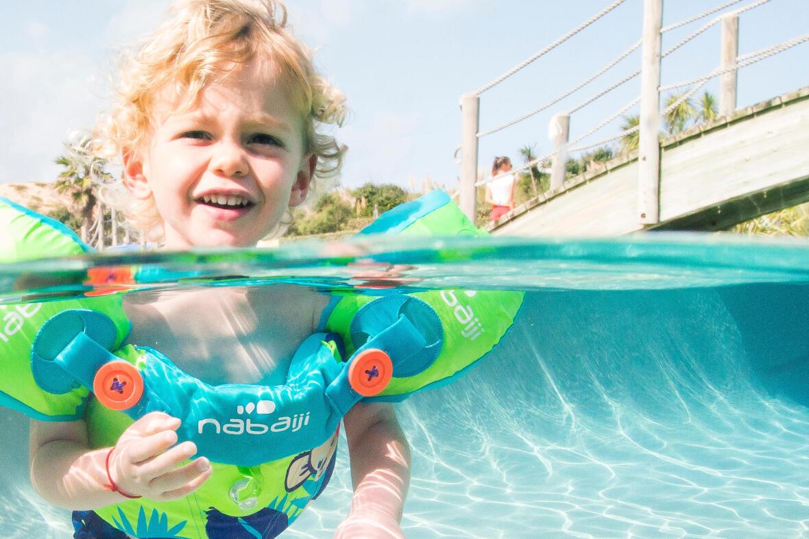 un enfant apprend à nager