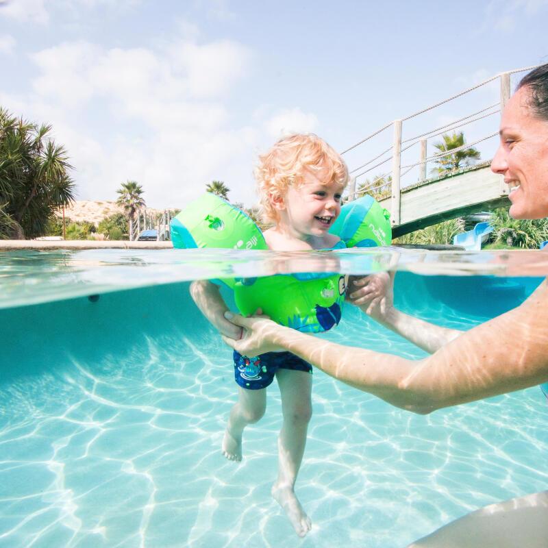bébé dans une piscine avec sa maman