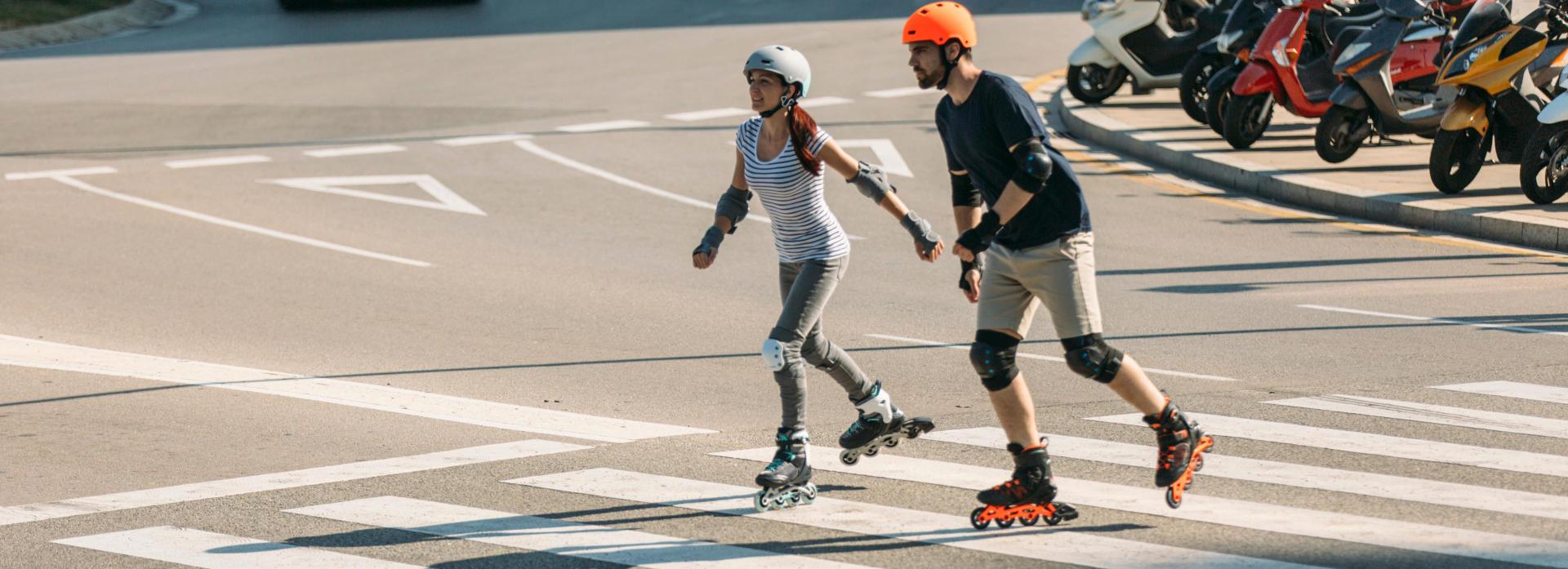 Homem e mulher a andar de patins na cidade