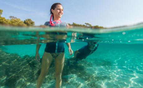 Femme pratiquant snorkeling