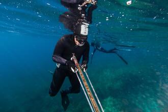 Como carregar a arma de caça submarina?
