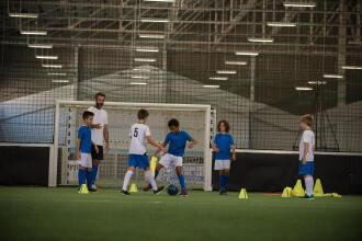 Fotbalul pentru copii: Ce beneficii oferă și cum alegi echipamentul potrivit