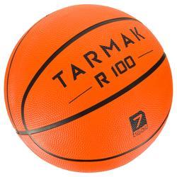 Ballon de basket adulte R100 taille 7 orange. Résistant. Pour débuter.