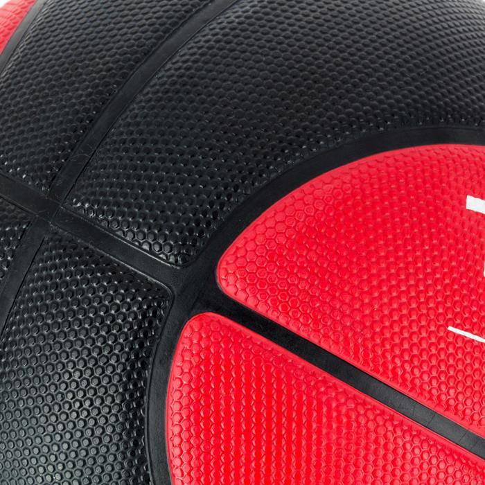 Balón de baloncesto R300 talla 7 negro rojoResistente. A partir de 12 años.