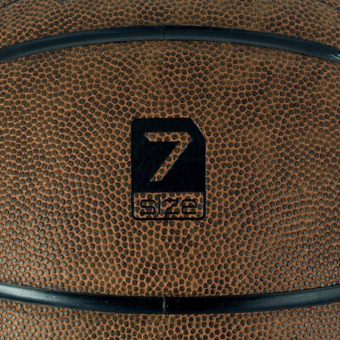 Ballon de basket adulte R700 taille 7 marron. Super toucher de balle