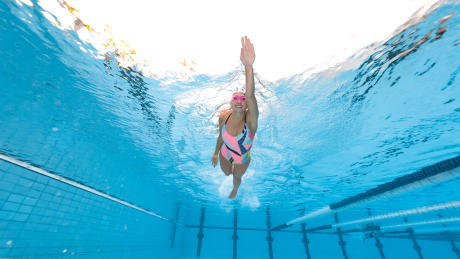 femme nage lunette de piscine maillot