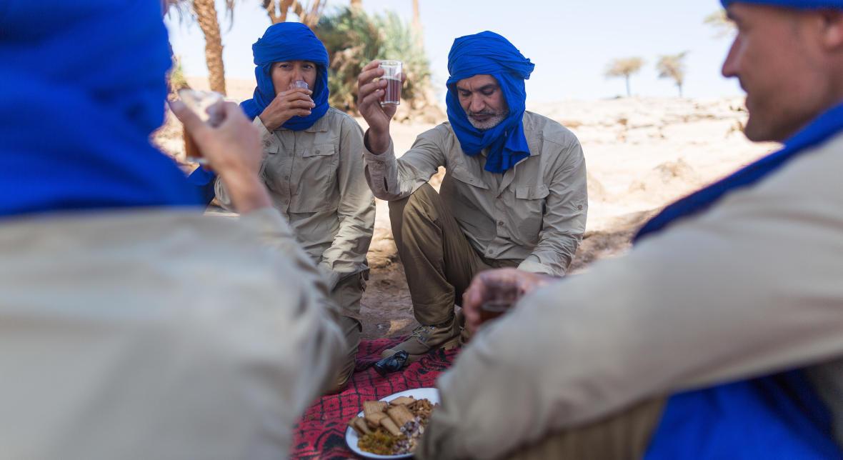 petit dejeuner dans le desert thé du maroc