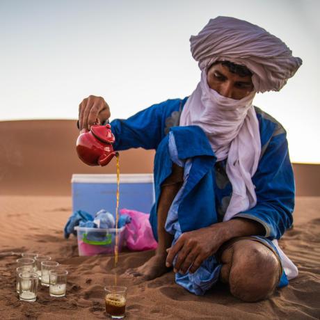 Bédouin du Sahara servant le thé
