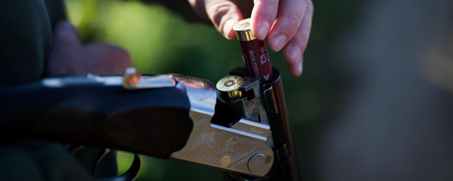 Chargement d'un fusil avec deux cartouches