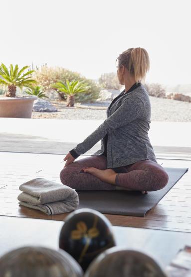 conseils-nouvelle-année-3-engagements-sportifs-que-vous-ne-tiendrez-jamais-yoga-dynamique-femme-maison