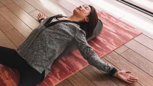 瑜珈教學:瑜珈枕放鬆