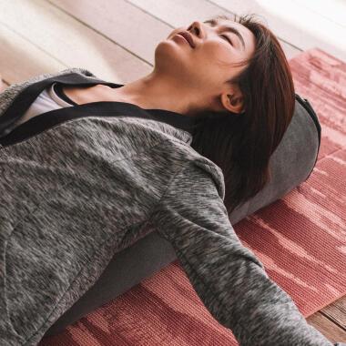 瑜珈 | 瑜珈教學:瑜珈枕放鬆舒壓