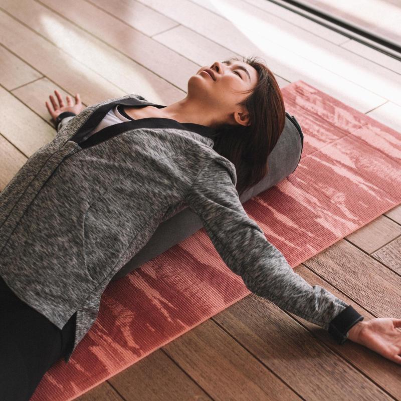 瑜珈   瑜珈教學:瑜珈枕放鬆舒壓