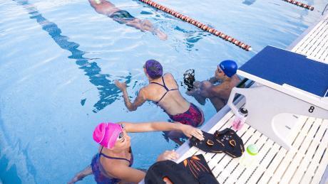 Zwemmers maken zich klaar voor het zwemmen.