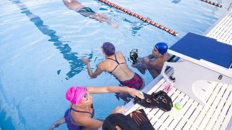 nageurs qui s'apprêtent à nager