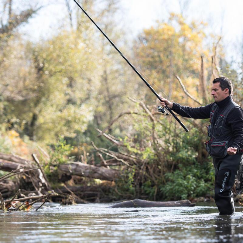 un homme qui lance sa ligne à l'eau