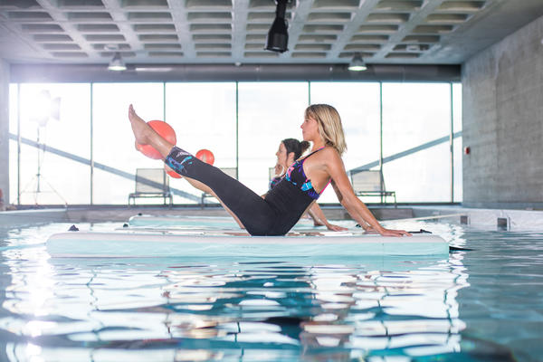 Pilates auf dem Wasser mit der Aqua Matte